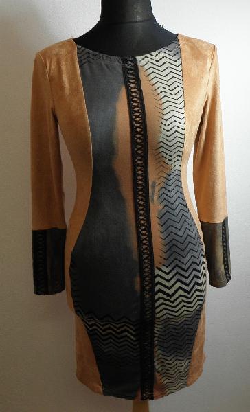 Pouzdrové šaty s aplikací v předním díle 559058cc2a